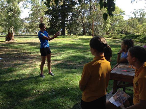 Saara ger instruktioner inför träningen.